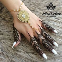 A beautiful fusion twist on the classic mehndi Design Henna Tattoo Designs, Mehndi Designs, Henna Tattoos, Palm Mehndi Design, Finger Henna Designs, Heena Design, Bridal Henna Designs, Bridal Mehndi, Headpiece Jewelry