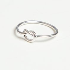 6518b6183908 Anillo de plata de ley 925. Diseño sencillo y femenino con nudo elegante.  Todas