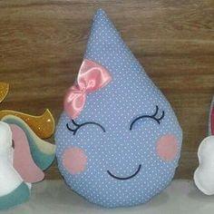 Almofadinha de tecido Gotinha de chuva ☔☁ #gotinha #gotinhadeamor #gotinhadechuva #chuvadeamor #chuvadebencaos #tecido #almofada #almofadinha #gotinhadetecido #festachuvadeamor #festachuvadebencaos #feitoamao #feitocomamor Small Pillows, Baby Pillows, Kids Pillows, Crochet Toys Patterns, Stuffed Toys Patterns, Reusable Things, Crochet Waffle Stitch, Baby Room Diy, Crochet Dragon