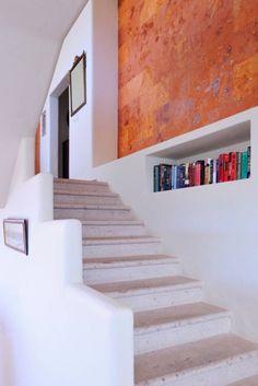Farblich nicht ganz alltäglich, aber das Design harmoniert trotzdem in diesem Treppenhaus / Flur von Excelencia en Diseño. Die Nische für die Bücher ist ebenso gut gelungen.