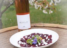 Rote Beete Carpaccio mit Wildblumensalat und Fetakäse - Petula Rose Wein