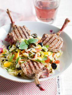 Salade de pâtes & côtelettes d'agneau grillées