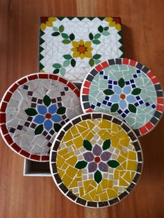 Coasters or trivets Stained Glass Designs, Stained Glass Projects, Mosaic Designs, Mosaic Patterns, Mosaic Tray, Mosaic Glass, Mosaic Crafts, Mosaic Projects, Christmas Mosaics