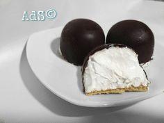#Hoy os traigo un dulce clásico hecho en casa!!!! #merenguitos caseros   ● INGREDIENTES:  - 330g de chocolate negro fundir  - Merengue italiano  - 15 obleas  (Galletas para corte de helado)  ● PREPARACIÓN:  -En pr...