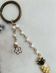 Diy Crafts Keychain, Handmade Keychains, Cute Keychain, Diy Crafts Jewelry, Bead Keychain, Diy Friendship Bracelets Patterns, Wire Jewelry Designs, Key Chains, Beadwork