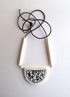Ce collier long a un croissant brodé main en forme de Pendentif avec un black art déco inspiré la conception géométrique. Il est cousu sur la