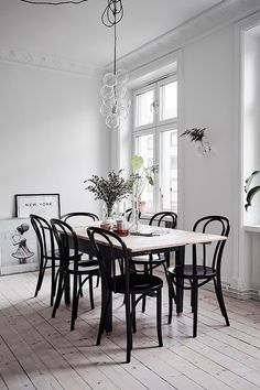 Matsalsbord Litet hem med ett fantastiskt kök - via Coco Lapine Design est living Bentwood Chairs, Dining Chairs, Room Chairs, Dining Area, Interior Decorating, Interior Design, Decorating Ideas, Dining Room Inspiration, Dining Room Design
