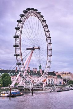 The perfect guide to places to visit in London in 3 days. From London Eye to Tower Bridge, Big Ben and many London landmarks not to miss out. Tips from a local on how to explore this amazing city's hidden gems. So click to find out about all the best things to do with 3 days in London. England. London Guide | London Travel Tips | London Tips | LondonThings to do in | London Landmarks | London Itinerary | London Photography | London Travel | #LondonGuide #VisitLondon London Tips, London Guide, London Eye, Europe Travel Tips, Travel Destinations, Backpacking Europe, Travel Goals, Travel Advice, Travel Guides