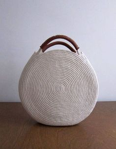 Round white bag made out of cotton rope and up-cycled soft brown leather. This bag is durable and roomy enough to fit all your necessities - measures about 12 inches across and 2 inches deep, with about 3 inch handles. Find a simple cotton rope basket bag Crochet Handbags, Crochet Purses, Crochet Bags, Round Bag, Round Basket, Sac Week End, Diy Sac, Basket Bag, Cheap Bags