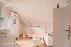 La chambre bébé d'Aloïs. Inspirée de la déco scandinave, elle est garnie de meubles blancs, de murs surtout blancs, mais d'objets colorés.