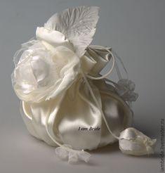Купить Дизайнерская свадебная сумочка. - белый, сумочка для невесты, свадебные сумки, атлас, искусственные цветы Potli Bags, Wedding Clutch, Pouch Bag, Diy Flowers, Hand Embroidery, Purses And Bags, Diy And Crafts, Wedding Decorations, Wedding Styles