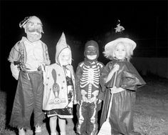 Halloween in America during the first half of the century Raggedy Ann Halloween Costume, Cookie Monster Halloween Costume, Robin Hood Halloween Costume, Crazy Halloween Costumes, 1960s Halloween, Vintage Halloween Photos, Scary Costumes, Halloween News, Halloween Costume Contest