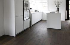 Houten vloer in de keuken. Uipkes rustiek Frans eiken houten vloer gitzwart   UW-vloer.nl