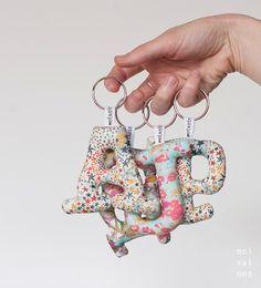 Porte-clés de lettres sont réalisés sur des tissus Liberty London, coton 100 %.  Selon la taille de la lettre peut être mesurée environ 7 cm environ.