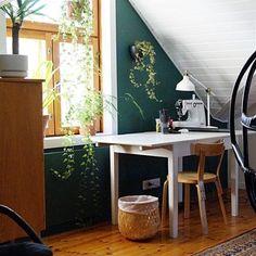 Yläkerran vihreä aula on muutosten kohteena. Pian ikkunaseinälle rakennetaan melkein 5 m leveä työtaso vanerista. Seinän väri on muuten Tikkurilan vuoden väri Vuono <3 Kurkkaa blogista lisää. #tikkurila #vuodenväri #vuono #yläkerranaula #vihreä #vaneriprojekti #muutostenkourissa #tuublogiin by rautatielaistalo Corner Desk, Traditional, Instagram Posts, Kitchen, House, Spaces, Furniture, Painting, Home Decor