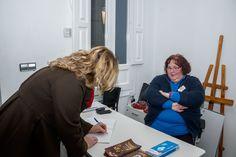 Firmando libro de firmas