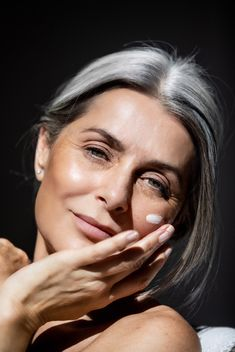 Grey Hair Over 50, Long Gray Hair, Beauty Shoot, Hair Beauty, Grey Hair Looks, Beautiful Women Over 50, Grey Hair Inspiration, Gray Eyes, Hairstyles Over 50