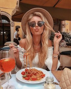Kisses 😘 & Pasta 🍝 by via ❤ Pic Pose, Foto Pose, Picture Poses, Insta Photo Ideas, Insta Pic, Europe Outfits, Italy Outfits, Foto Casual, Instagram Pose