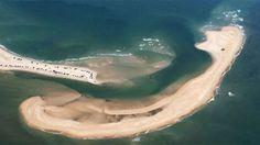 <p>De acuerdo conABC, la nueva porción de tierra emergió a escasos metros del Cabo Hatteras, en la costa este de Estados Unidos. Aunque su extensión depende del estado del mar,mide aproximadamente un kilómetro y medio de largo y tiene forma de media luna.</p>