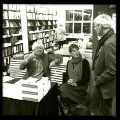 Geert Mak signeerde Reizen zonder John bij Athenaeum. Een welgemutste foto.