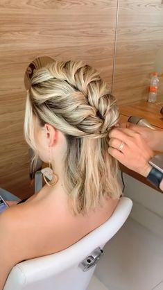 Super easy hairstyle idea by @penteadossonialopes Holiday Hairstyles, Easy Hairstyles For Medium Hair, Romantic Hairstyles, Fast Hairstyles, Bride Hairstyles, How To Curl Short Hair, Short Hair Updo, Short Hair Styles, Medium Hair Styles