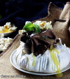 http://ostra-na-slodko.pl/2015/04/28/mini-pavlova-z-lodami-brownie-i-solonym-sosem-karmelowym/
