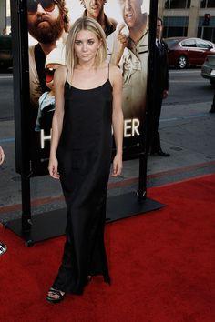 Vestido de inspiración 90's-cuando se trata de escoger una de las piezas clave de la temporada -el vestido de noche- Ashley Olsen lo tiene claro: negro, de corte minimal y combinado con una melena semi despeinada.