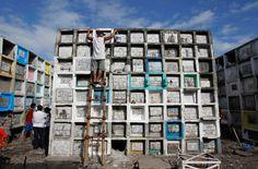 cleaning burial boxes : Ein Mann reinigt das Grab seines Sohnes. Über 80 Prozent der philippinischen Bevölkerung sind katholisch.  | © Romeo Ranoco/Reuters
