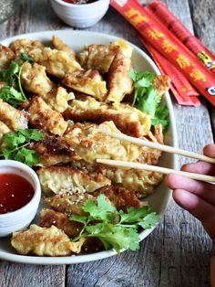 Gyoza (dumplings) med svinekjøtt og scampi er ikke vanskelig å lage! Lag mange når du først er i gang (de kan fryses). Wontons, Scampi, Tex Mex, Dumplings, Sweets, Meat, Chicken, Foods, Cilantro