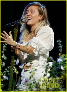 Miley Cyrus Performs 'Malibu' on 'The Voice' Finale - Watch Now! | miley cyrus performs malibu on the voice finale01 - Photo