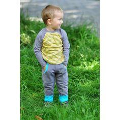 Spodnie z ciepłej, szarej dresówki z turkusowym ściągaczem. Posiadają fantazyjne, głębokie kieszenie urozmaicone turkusowym ściągaczem i nitką.  Dresówka z certyfikatem GOTS: 95% bawełna organiczna, 5% elastan.