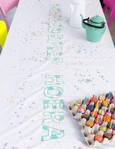 Maak je feesttafel compleet en geef je kleed een vrolijke kreet. #DIY #tablecloth #birthday #party - zelfmaakidee: #tafelkleed #verjaardag #decoratie #feest - kijk op: www.101woonideeen.nl