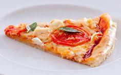 Pizza de liquidificador com tomate e manjericão