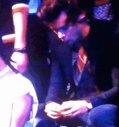 (Gif) HARRY STYLES EATING AN ORANGE AT THE VMAS.  this is the best article buzzfeed has ever written: http://www.buzzfeed.com/lyapalater/harry-styles-eating-an-orange-during-the-vmas-was-actually-t