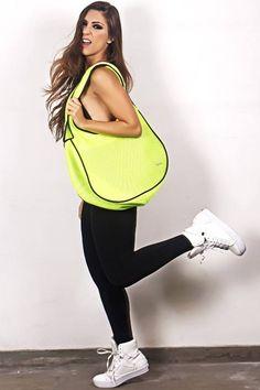 Essa bolsa super estilosa e prática não pode faltar em sua coleção! Confira todas as cores disponíveis em nosso site ⤵   Acessórios: http://www.kaisan.com.br/acessorios  #acessórios #lookdodia #foco #fashion #amobolsas #estilo