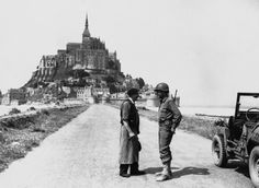 A French man talks with an American soldier in front of Le Mont Saint-Michel, France, Ww2 History, Military History, D Day 1944, Region Normandie, Le Mont St Michel, Germany Ww2, Ww2 Pictures, South Pacific, Normandy