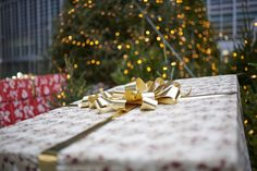 #regionelombardia #natale #ludoteca #giocoanchio #assogiocattoli Gift Wrapping, Gift Wrapping Paper, Wrapping Gifts, Gift Packaging