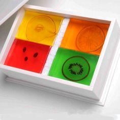 Caja de madera lacada con 4 jabones de frutas. Art Soap.