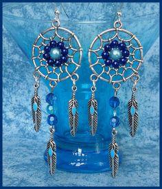 Boucles d'oreilles crochets argentés attrape-rêves plumes perles bleues : Boucles d'oreille par orkan28
