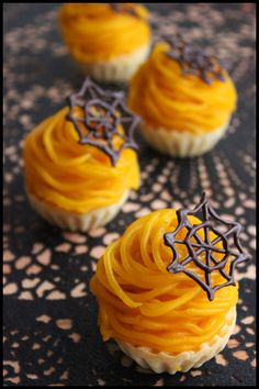 ハロウィンに♪簡単10分!カボチャのモンブランタルト : ビジュアル系フード Halloween Sweets, Halloween Food For Party, Halloween Cupcakes, Sweets Recipes, Raw Food Recipes, Fruit Cake Design, How Sweet Eats, Cute Food, Food And Drink