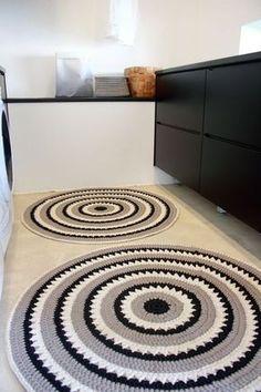 Tapete -tapete de barbante croche na cozinha ambiente decorado circular branca e preto nórdico escandinavo Diy Crochet Rug, Knit Rug, Crochet Carpet, Crochet Home Decor, Crochet Doilies, Crochet Patterns, Tapete Doily, Doily Rug, Diy Carpet