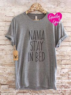 Namaste en lit Shirt - chemise de Yoga - Namaste chemise Parfait pour se prélasser sur un dimanche après-midi. ▲ Shirt couleur : Gray Blanc ▲