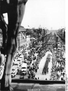 Berlin, Olympics, guard marches Unter den Linden, Aug 1936. Bundesarchiv