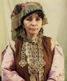 Tatarstan | Tatar woman wearing a 'yaka chylbyry' ( basically a collar pin with five pendant chains of fine metalwork set with stones) | via FolkCostume