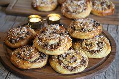 Kvikk lunsj-snurrer Norwegian Food, Norwegian Recipes, Dessert Recipes, Desserts, Doughnut, Food And Drink, Sweets, Bread, Baking
