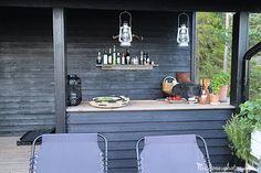 Saareen valmistui kesäkeittiö. Mies teki ja minä maalasin. Mustalla, kuten talokin. Kesäkeittiö on suunniteltu siten, että se sijoittuu ... Cabin, Cottages, Kitchen, Porch, House, Summer, Outdoor, Ideas, Style