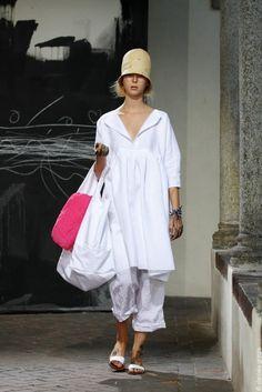Daniela Gregis - I'm not so much into the odd runway stuff but I really like this.looks so comfy I love the BIG bag Unique Fashion, White Fashion, Love Fashion, Casual Chic, Older Women Fashion, Womens Fashion, Italian Fashion Designers, Couture, Fashion Plates