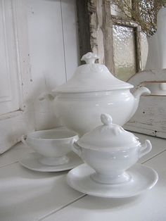 tureen by Brocanterie Derdijk. White Dinnerware, White Dishes, Shades Of White, Vintage Dishes, Antique China, Vintage Pottery, Shabby Chic, Shabby Vintage, Stoneware