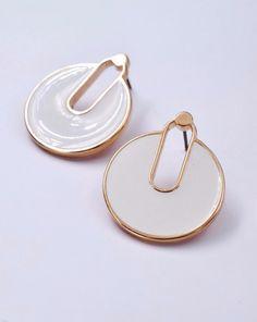Καρφωτά σκουλαρίκια με ροζ χρυσά στοιχεία και σμάλτο εξαιρετικής ποιότητας Handmade Jewellery, Plates, Tableware, Jewelry, Licence Plates, Handmade Jewelry, Dishes, Dinnerware, Jewlery