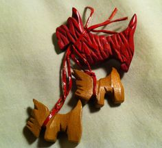 VINTAGE WOODEN BROOCH - CARVED & PAINTED SCOTTIE DOG MOTHER & PUPPIES